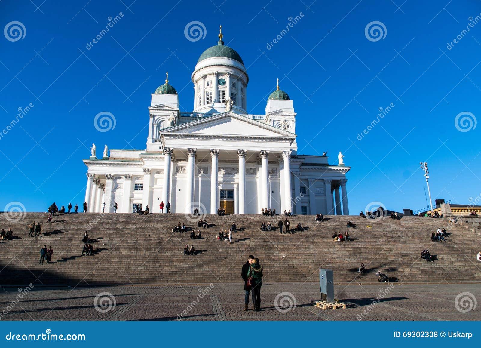 Ένα ζεύγος μπροστά από τον καθεδρικό ναό του Ελσίνκι, Φινλανδία