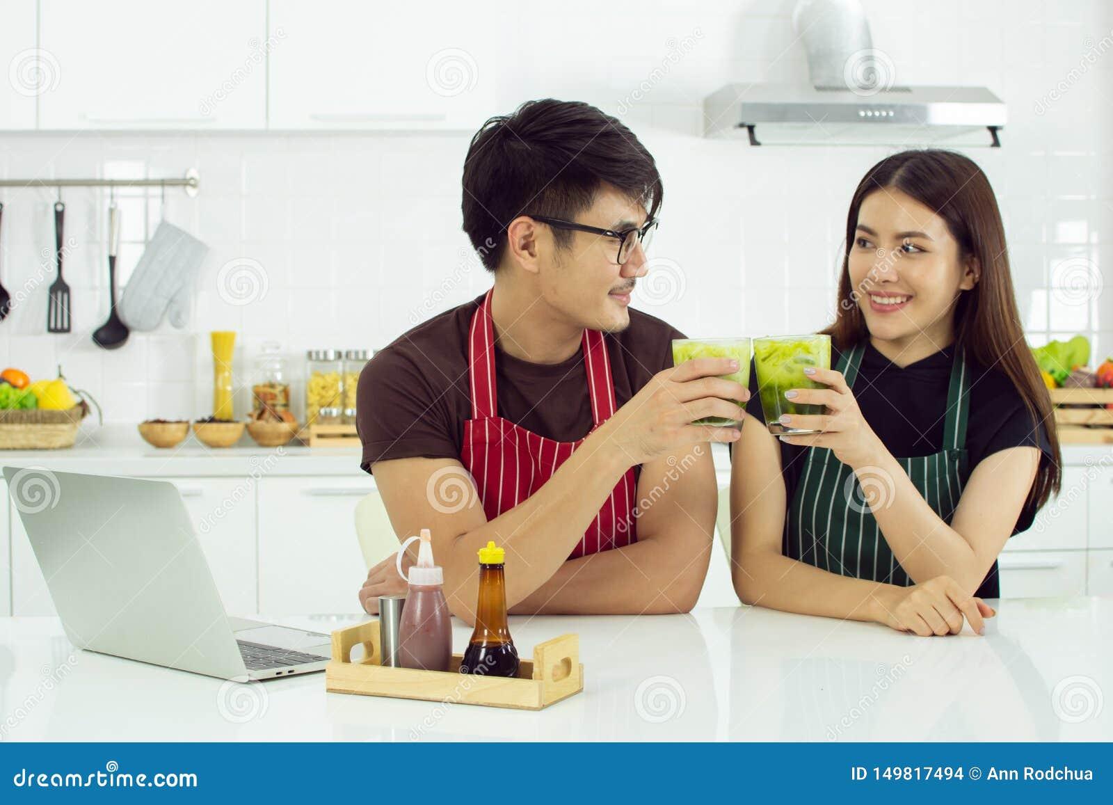 Ένα ζεύγος πίνει το πράσινο τσάι στην κουζίνα