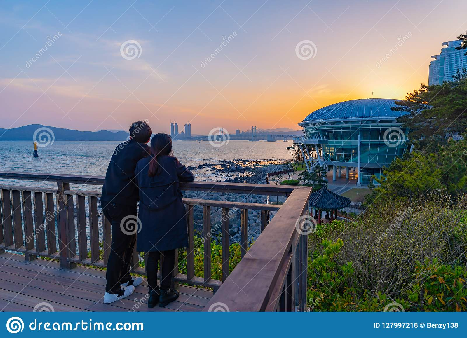 Ένα ζεύγος που ψάχνει τη ρομαντική άποψη ηλιοβασιλέματος και θάλασσας με το σπίτι του APEC Nurimaru