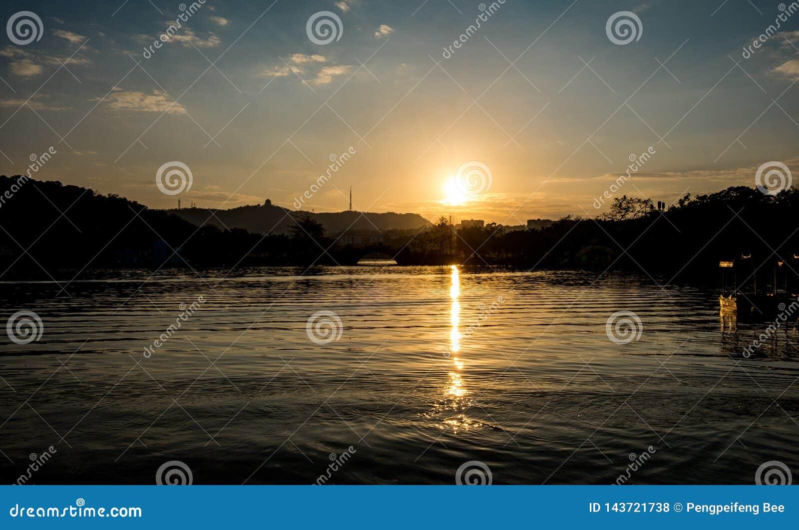 Ένα ηλιοβασίλεμα λιμνών