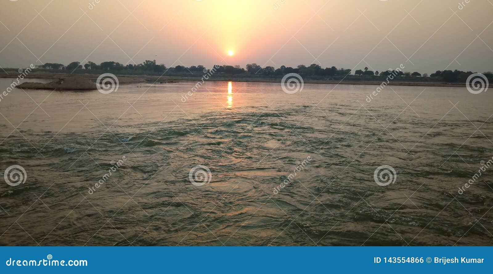 Ένα ηλιοβασίλεμα beautifuk στον ποταμό γιων