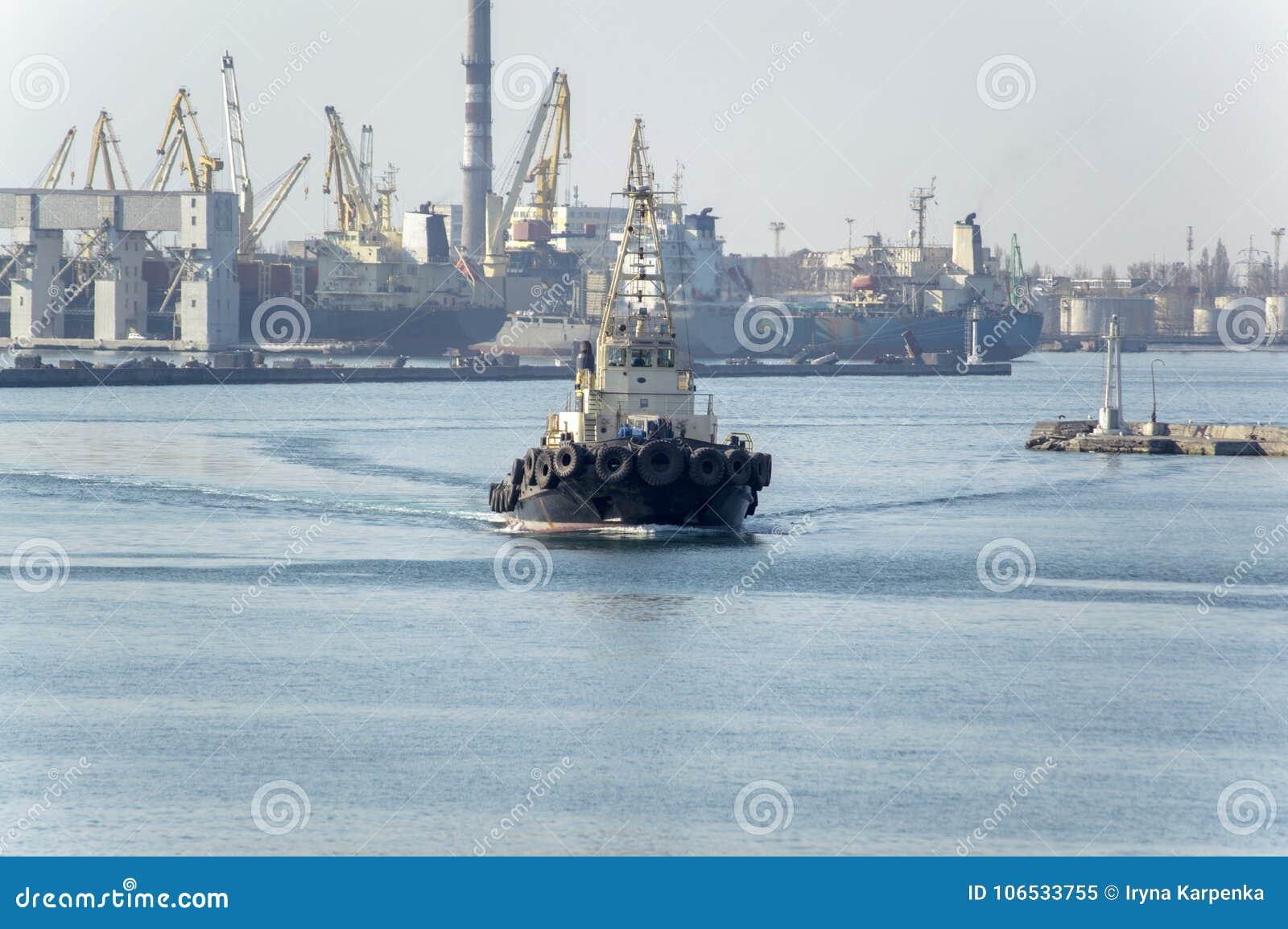 Ένα θαλάσσιο ρυμουλκό που εκτελεί την εργασία στο λιμένα της Οδησσός ι