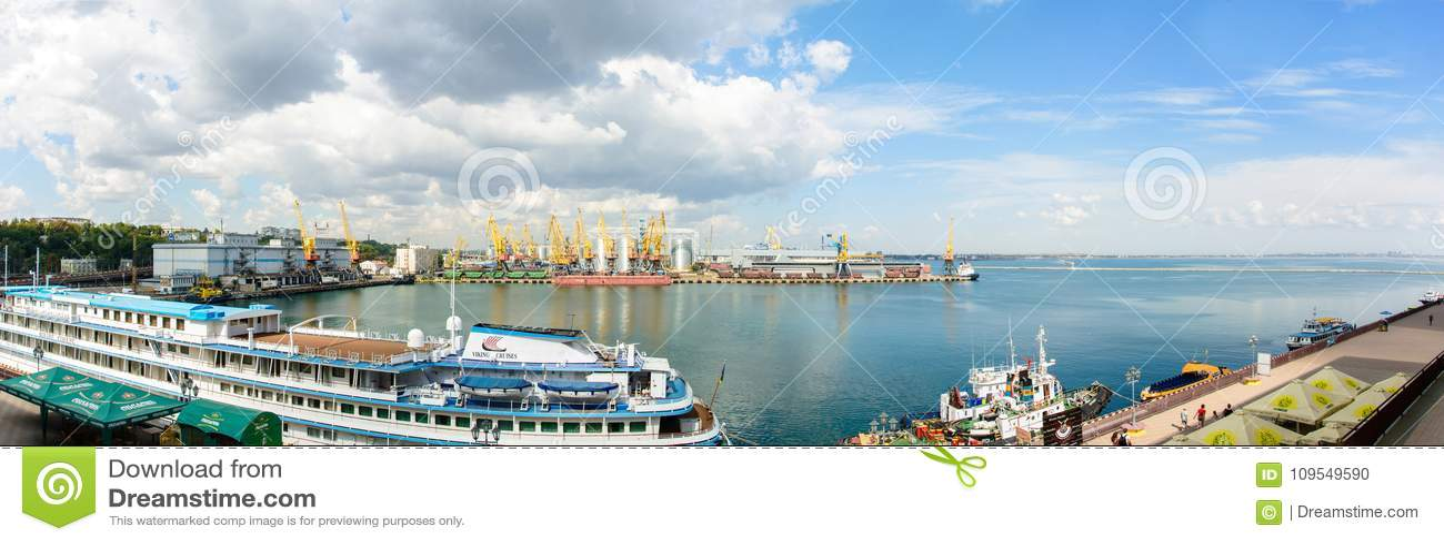 Ένα θαυμάσιο θερινό πανόραμα του λιμένα της Οδησσός με ένα όμορφο σκάφος