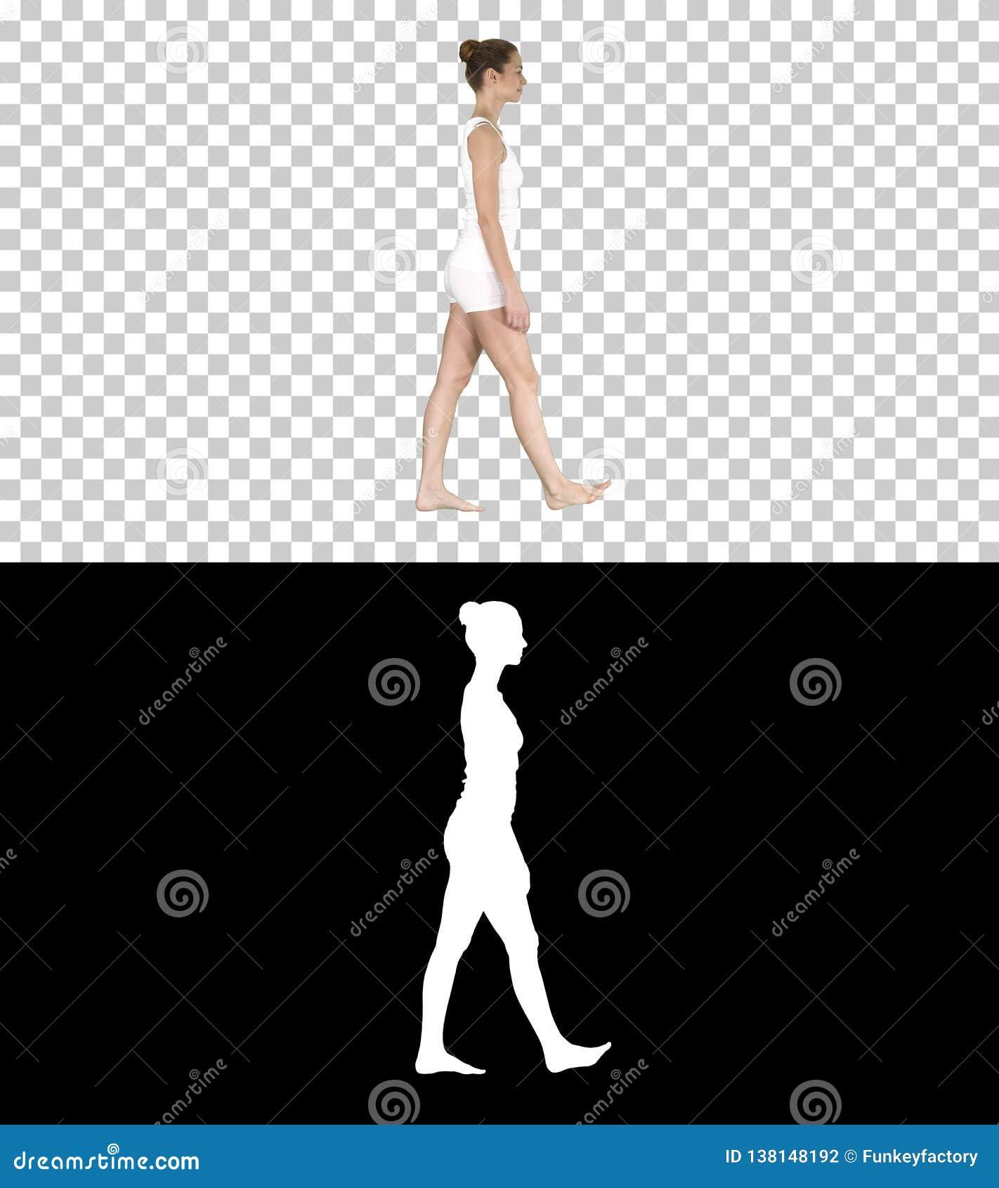 Ένα θηλυκό που περπατά χωρίς παπούτσια στα άσπρα ενδύματα, άλφα κανάλι