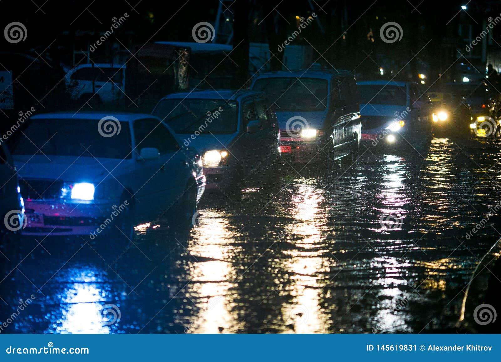 Ένα ιαπωνικό αυτοκίνητο κολλήθηκε σε μια βαθιά λίμνη κατά τη διάρκεια του σκοταδιού κατά τη διάρκεια ενός τυφώνα