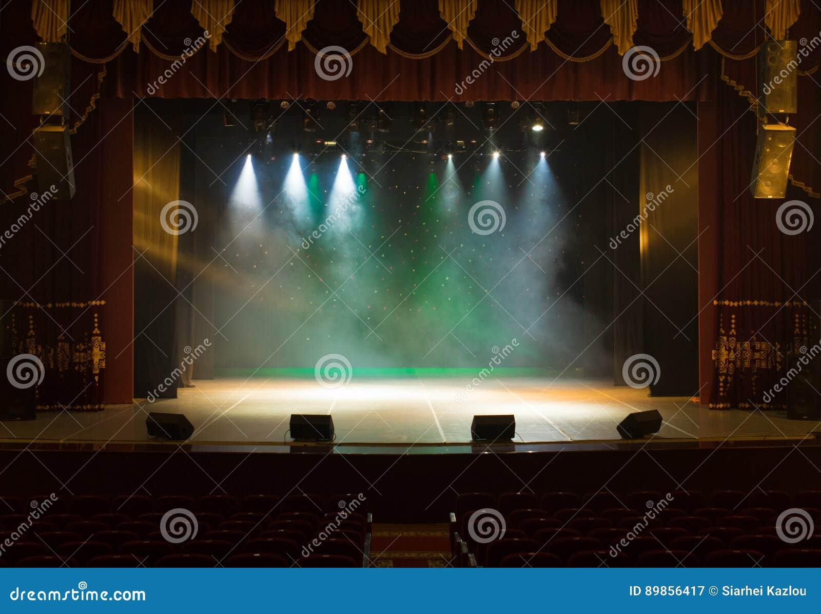 Ένα κενό στάδιο του θεάτρου, αναμμένο από τα επίκεντρα και τον καπνό