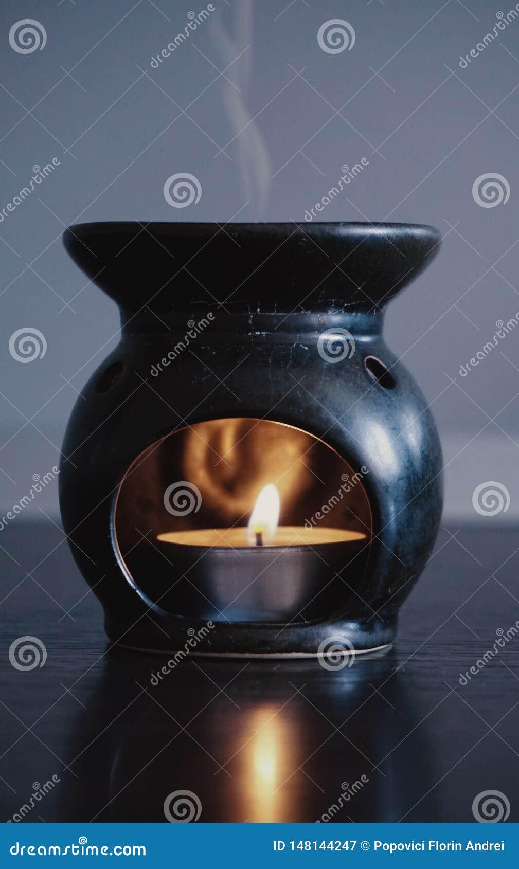 Ένα κερί που θερμαίνει ένα ευώδες πετρέλαιο, με τον ατμό