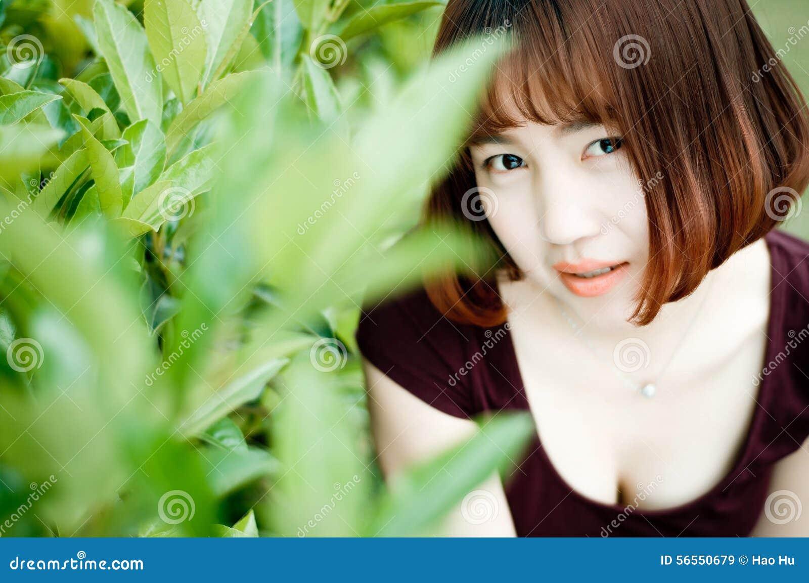Download Ένα κινεζικό κορίτσι στον κήπο Στοκ Εικόνα - εικόνα από μεγάλη, αρκετά: 56550679