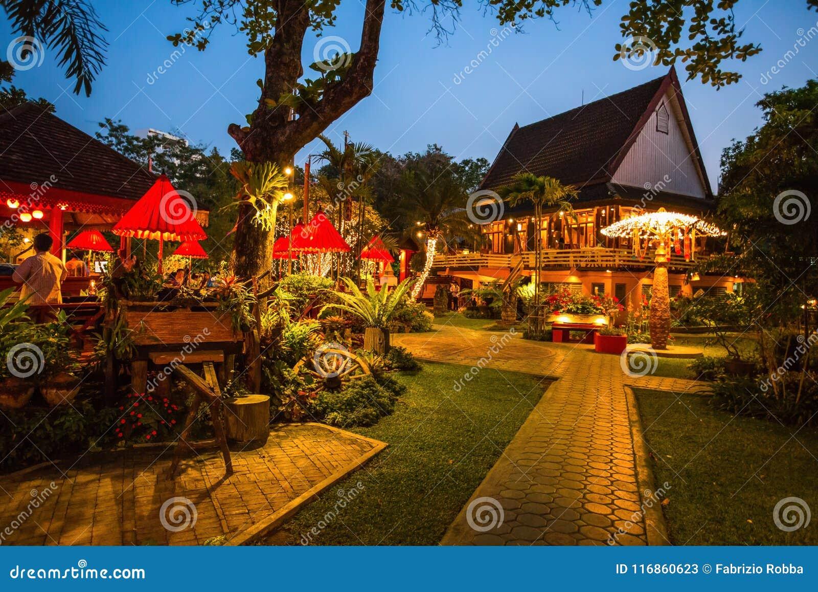 Ένα κομψό και χαρακτηριστικό ταϊλανδικό εστιατόριο σε Chiang Mai τή νύχτα, Ταϊλάνδη