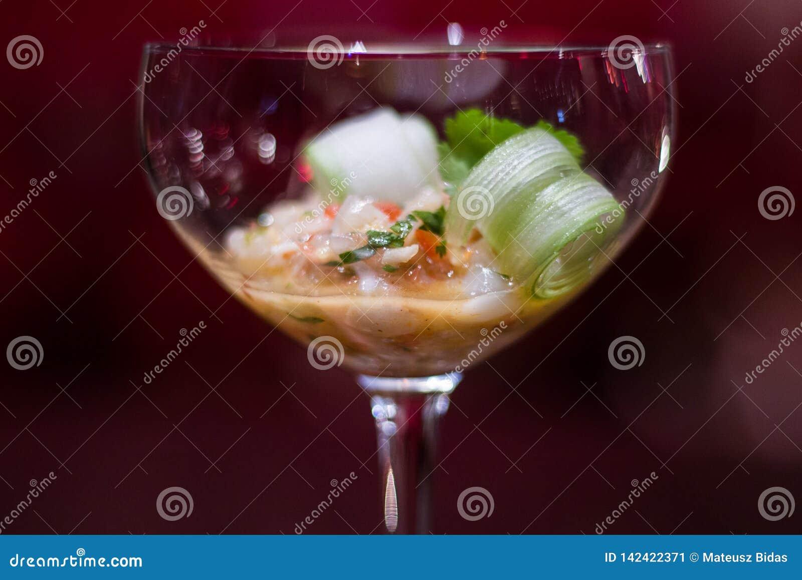 Ένα κομψό appetizzer σε ένα γυαλί κοκτέιλ