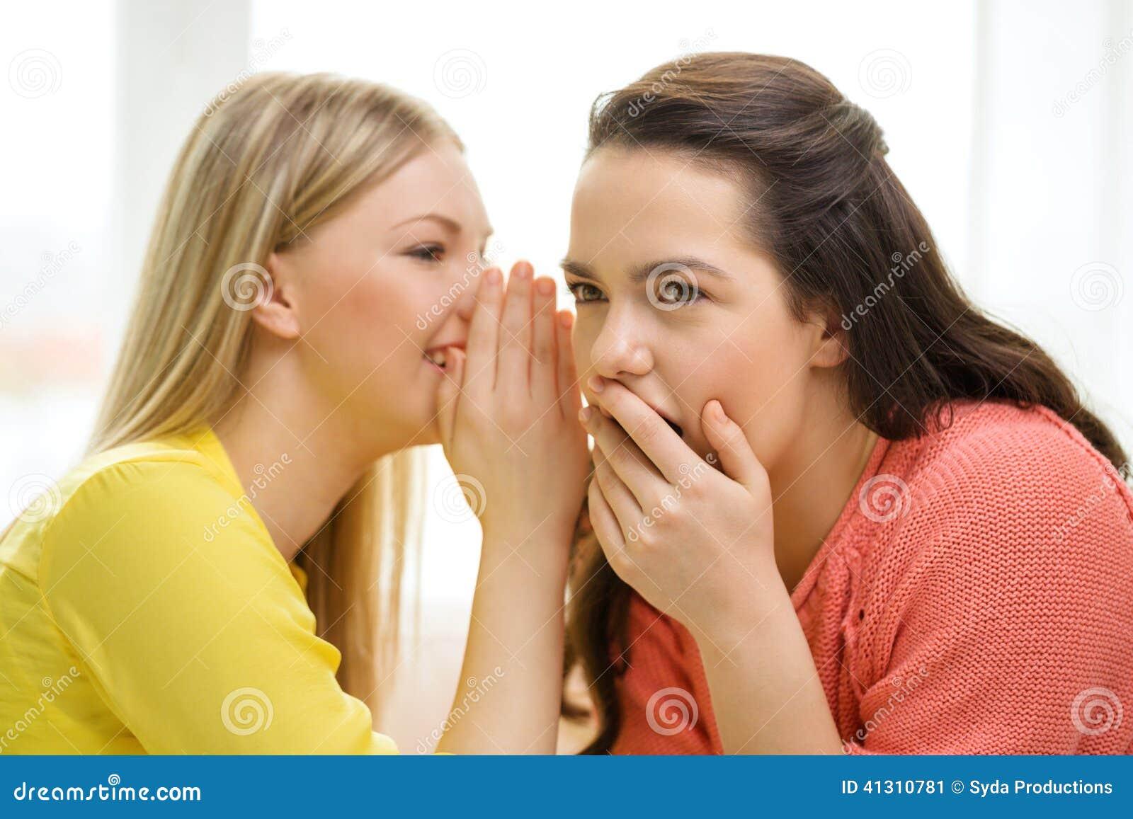 Ένα κορίτσι που λέει ένα άλλο μυστικό