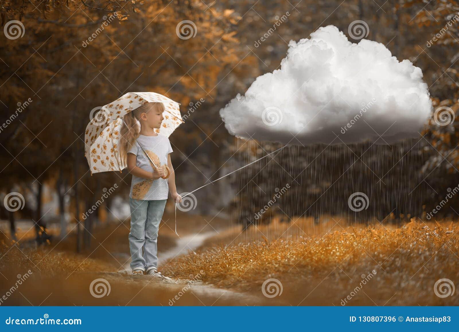 Ένα κορίτσι που περπατά το βροχερό σύννεφο στο χρόνο φθινοπώρου στο πορτοκαλί υπόβαθρο