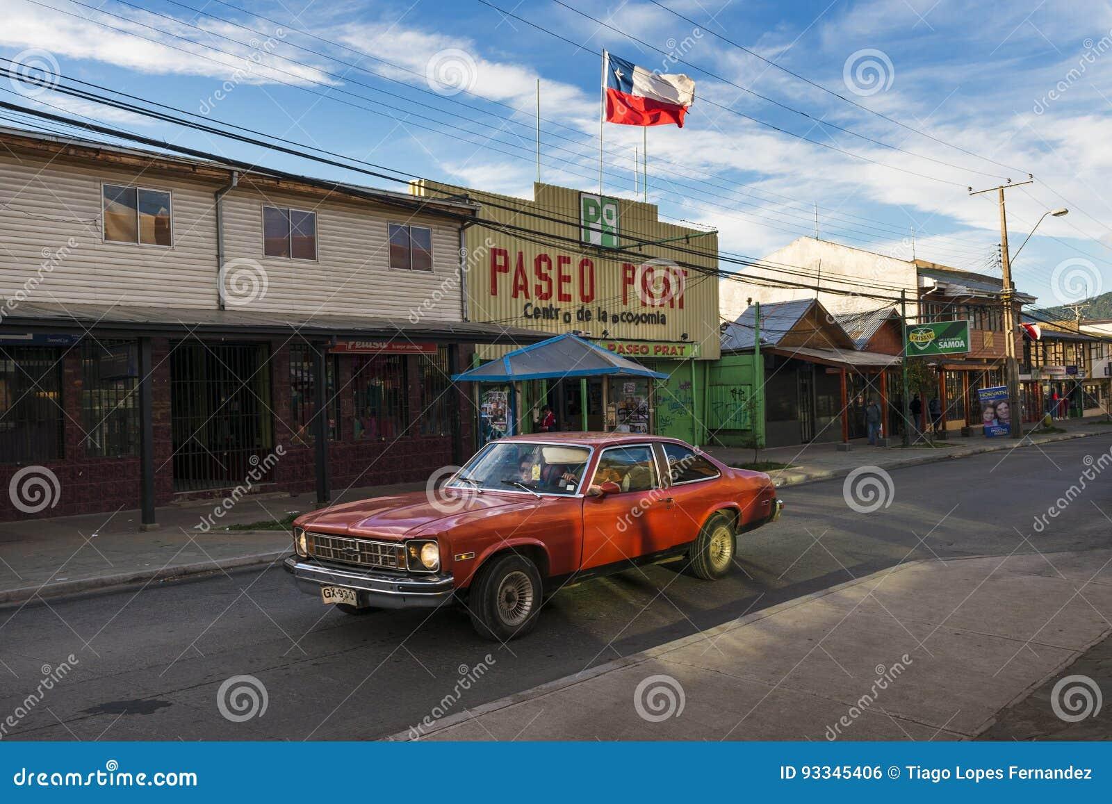 Ένα κόκκινο αυτοκίνητο σε μια οδό της πόλης Coyhaique στη Χιλή, Νότια Αμερική