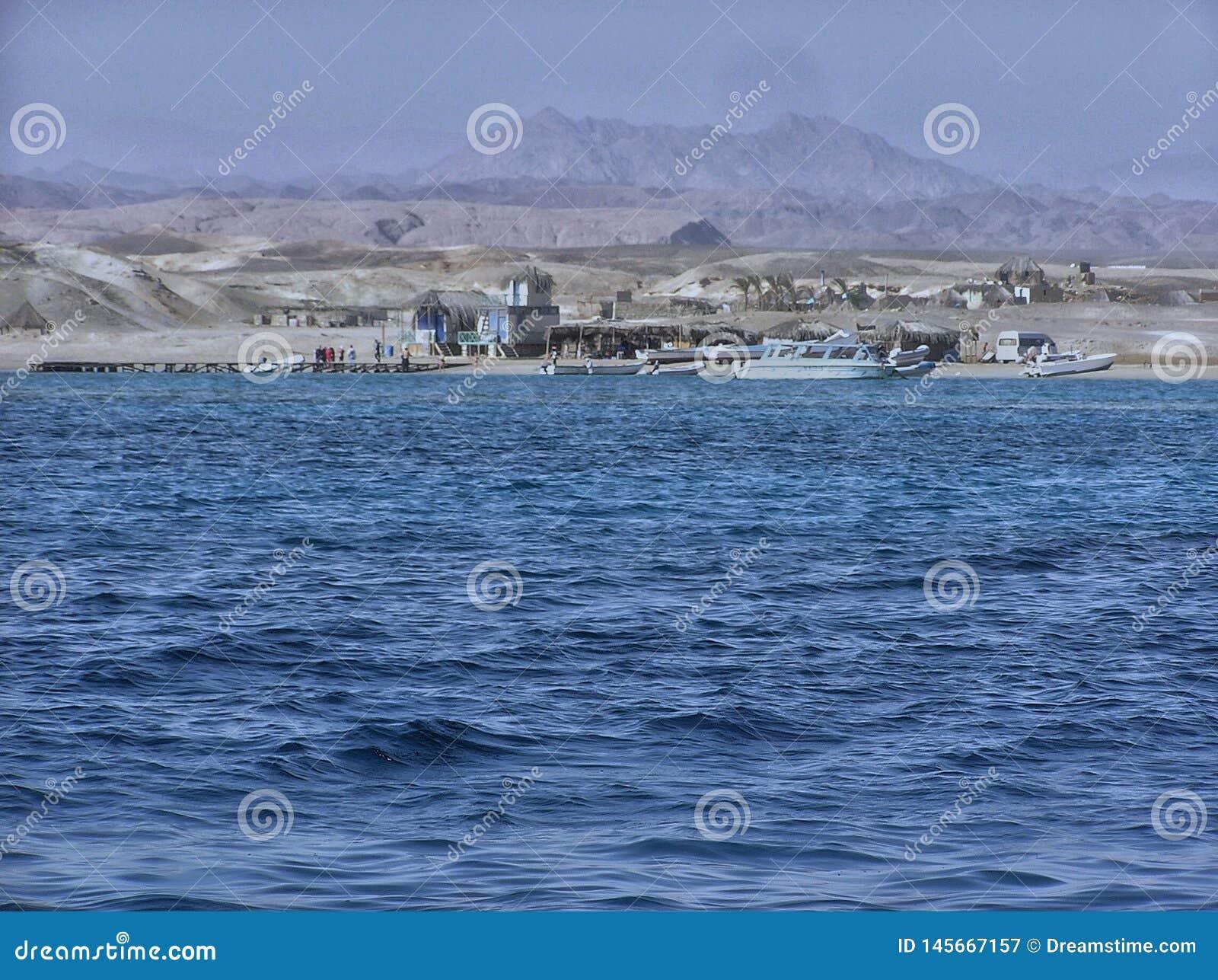 Ένα λιμάνι των σκαφών έδεσε εν πλω εκτός από ένα ορεινό χωριό