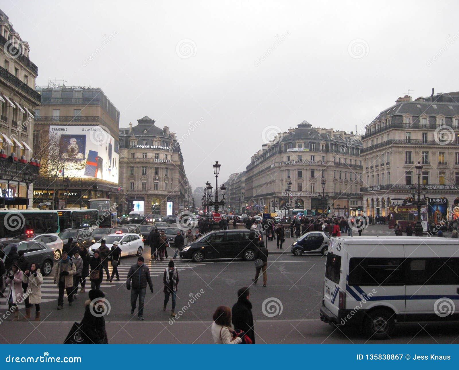 Ένα μέτωπο δρόμων με έντονη κίνηση έξω από το Palais Garnier, Παρίσι