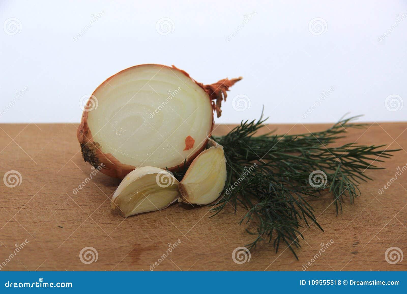 Ένα μίγμα του σκόρδου, του κρεμμυδιού και του άνηθου
