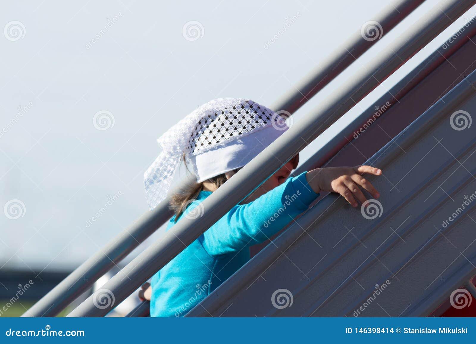 Ένα μικρό κορίτσι αναρριχείται στα σκαλοπάτια