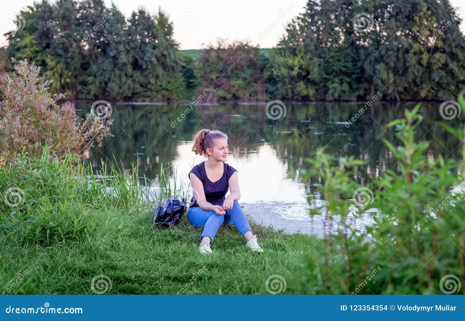 Ένα νέο κορίτσι θαυμάζει τη φύση κατά τη διάρκεια του ηλιοβασιλέματος Υγιής τρόπος ζωής
