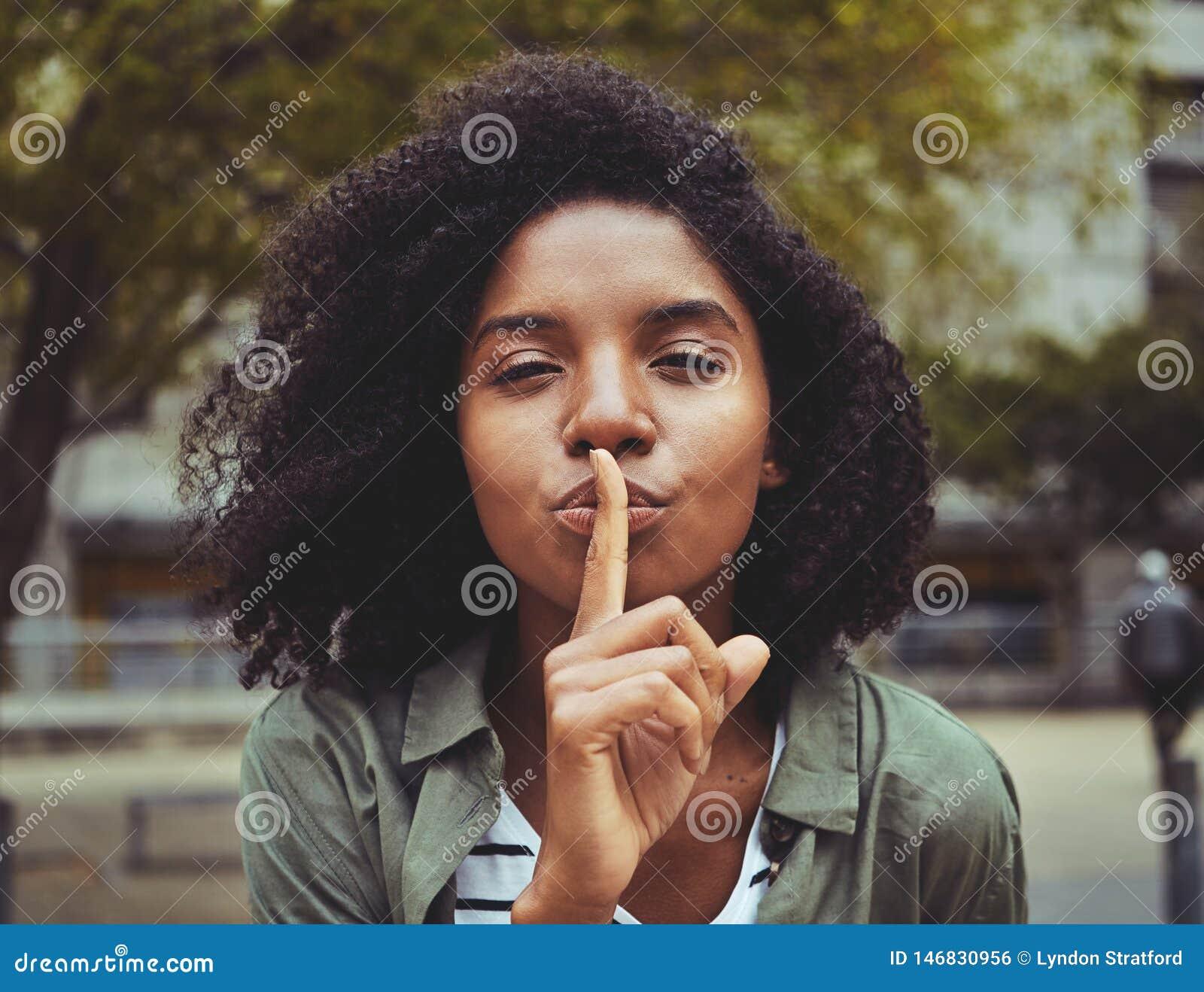 Ένα νέο σημάδι σιωπής γυναικών gesturing