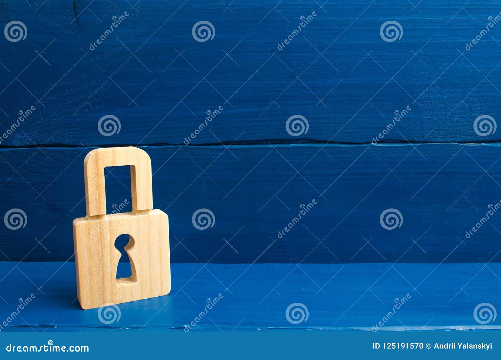 Ένα ξύλινο λουκέτο σε ένα μπλε υπόβαθρο, πληροφορίες, είσοδος Οι ξύλινοι αριθμοί των προσώπων φέρνουν τις φρουρές από τα κακά άτο
