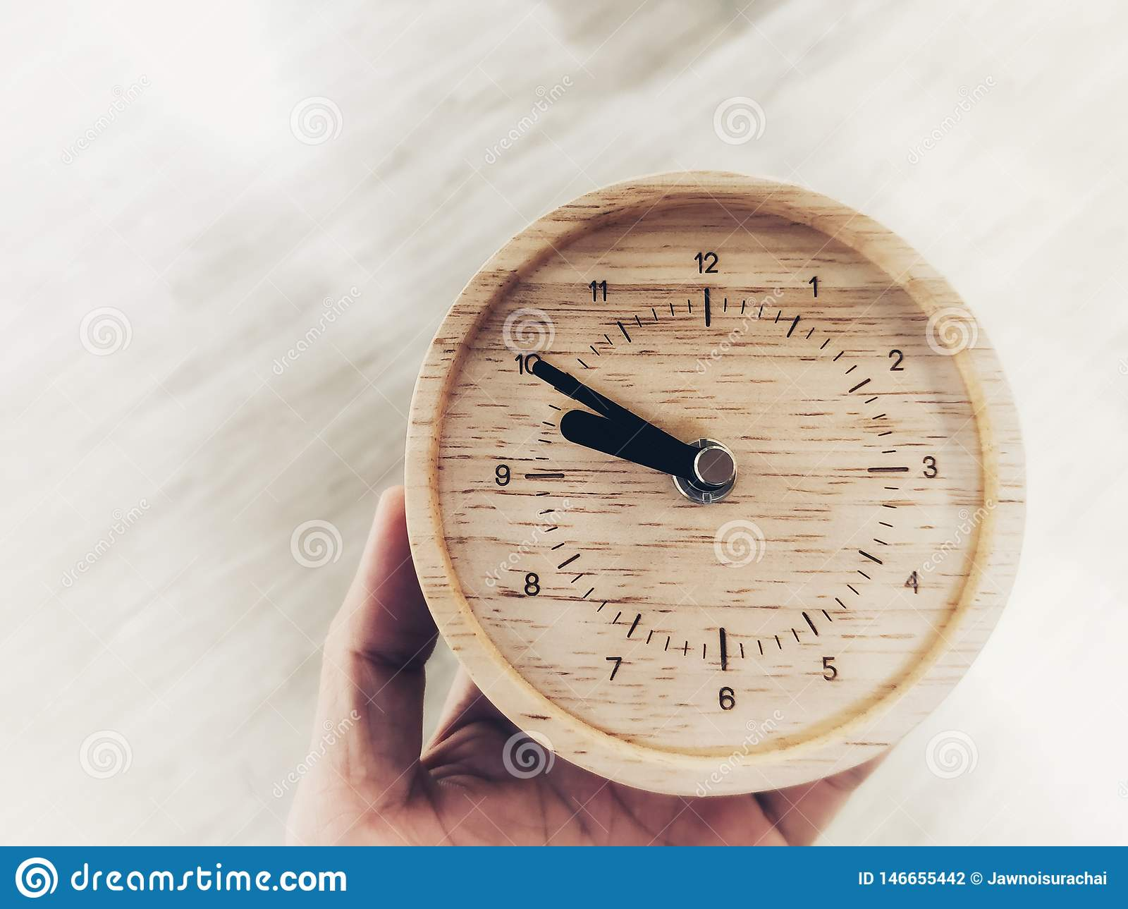 Ένα ξύλινο ρολόι στο χέρι, ο χρόνος δεν έχει καμία επιστροφής έννοια