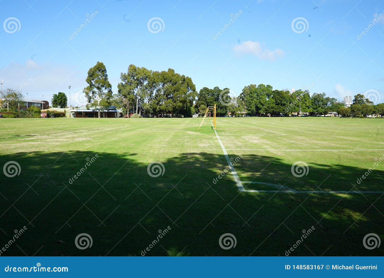 Ένα πάρκο με μια κοίλη θέση στόχου ποδοσφαίρου