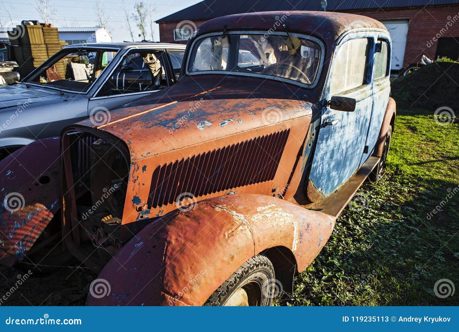 Ένα παλαιό σκουριασμένο αυτοκίνητο σε μια απόρριψη αυτοκινήτων