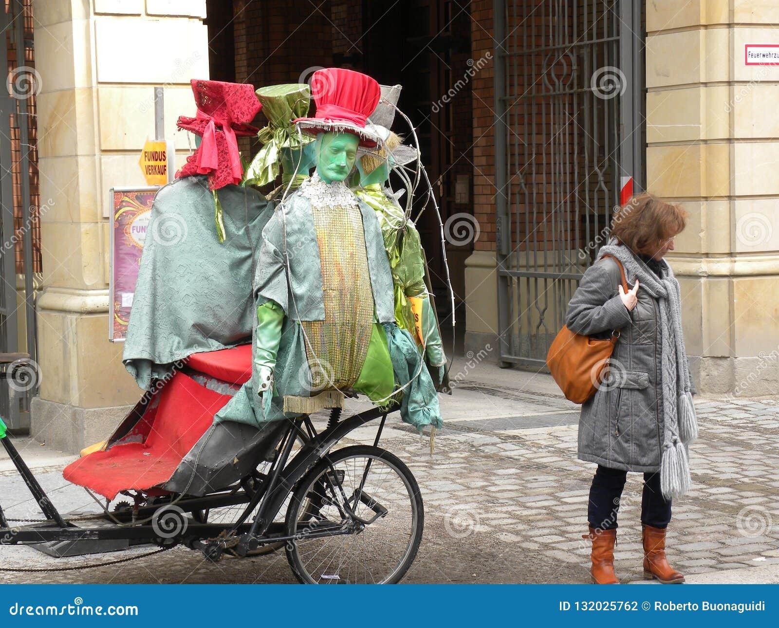 Ένα παράξενο μέσο συγκοινωνίας με τα αστεία μανεκέν στις οδούς του Βερολίνου