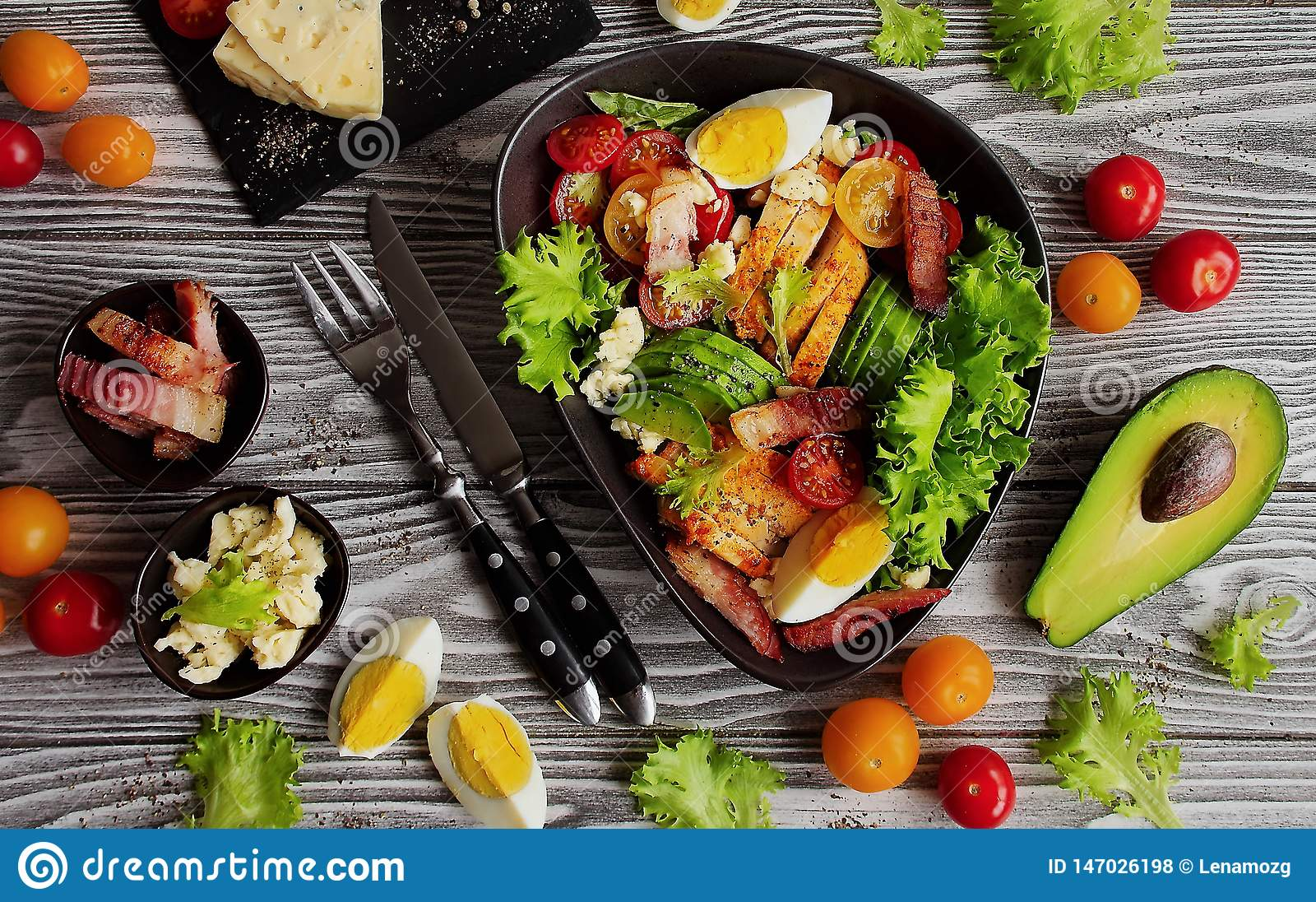 Ένα παραδοσιακό πιάτο της αμερικανικής σαλάτας Cobb κουζίνας