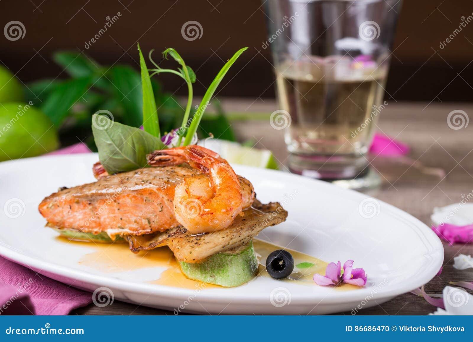 Ένα πιάτο του ψημένων στη σχάρα σολομού και των γαρίδων