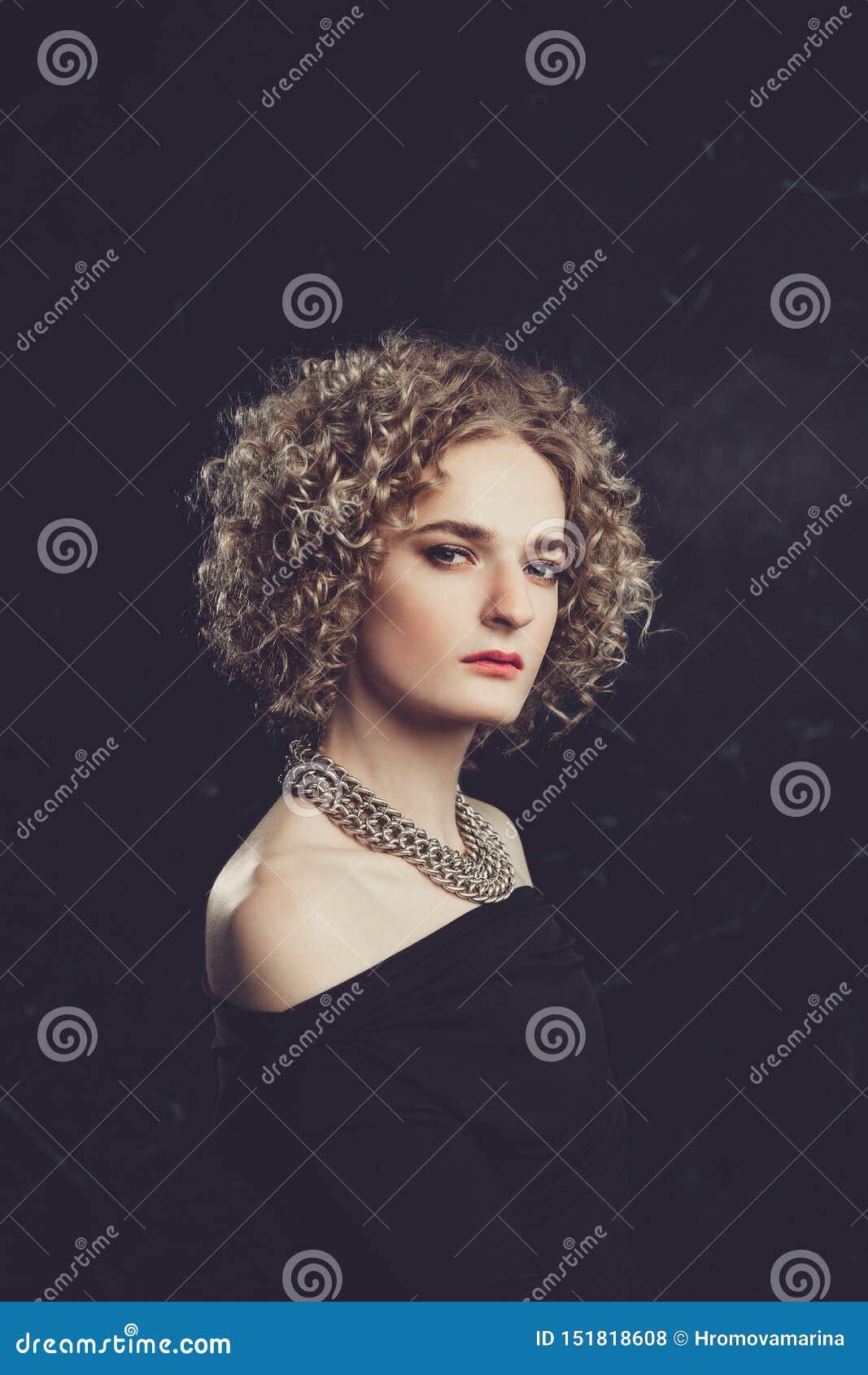 Ένα πορτρέτο ημι-σχεδιαγράμματος transgender του προτύπου τύπων με τα μπλε μάτια και των ξανθών μαλλιών στην εικόνα ενός κοριτσιο
