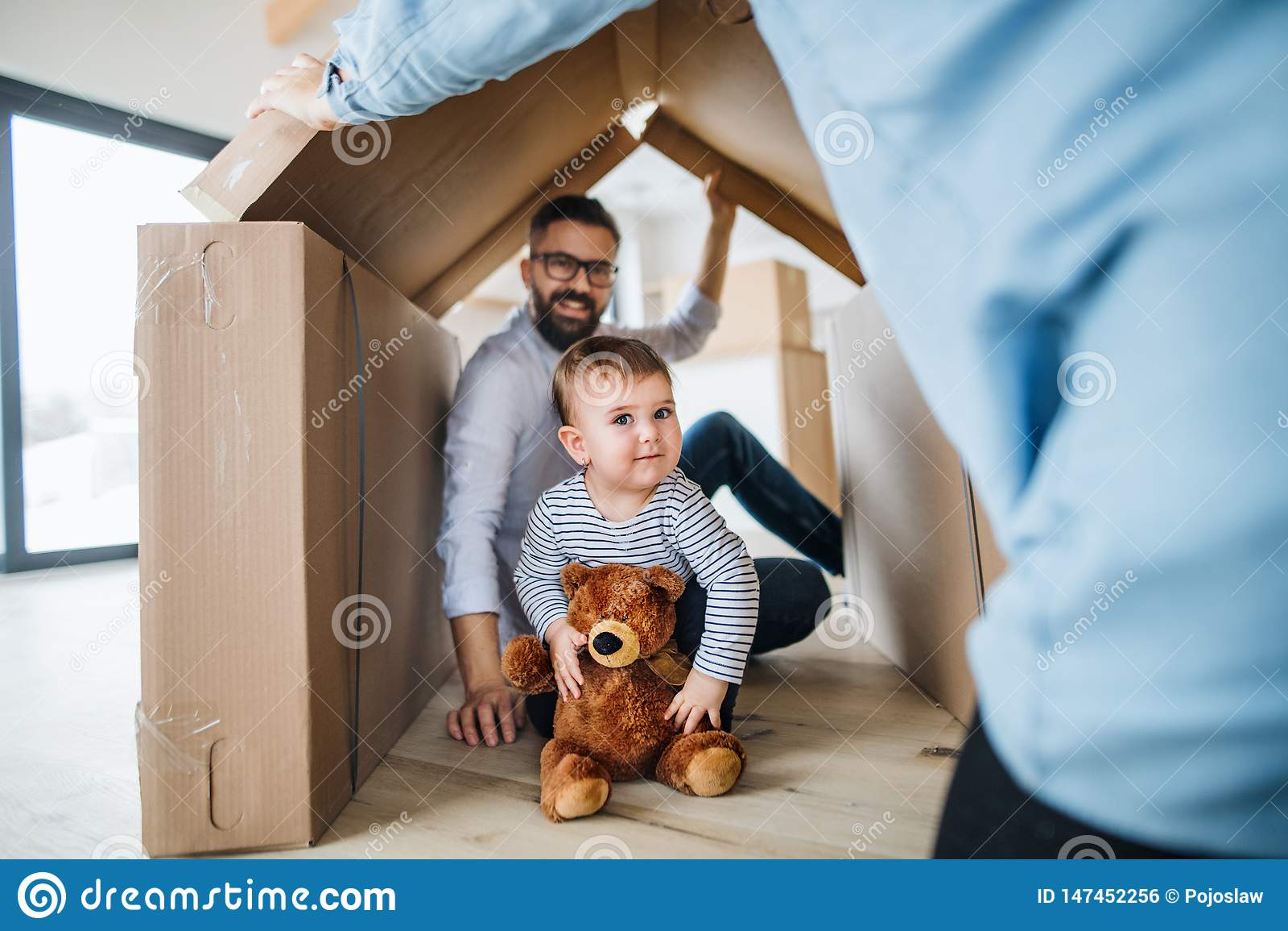Ένα πορτρέτο της νέας οικογένειας με ένα κορίτσι μικρών παιδιών, που κινείται στη νέα εγχώρια έννοια