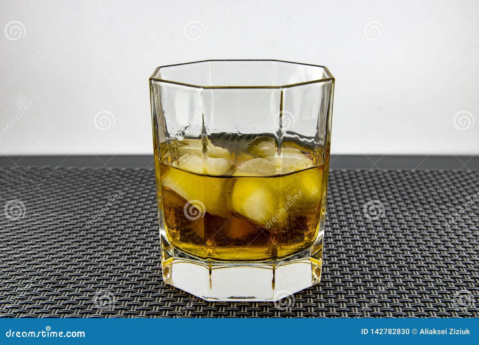 Ένα ποτήρι του ουίσκυ και του πάγου