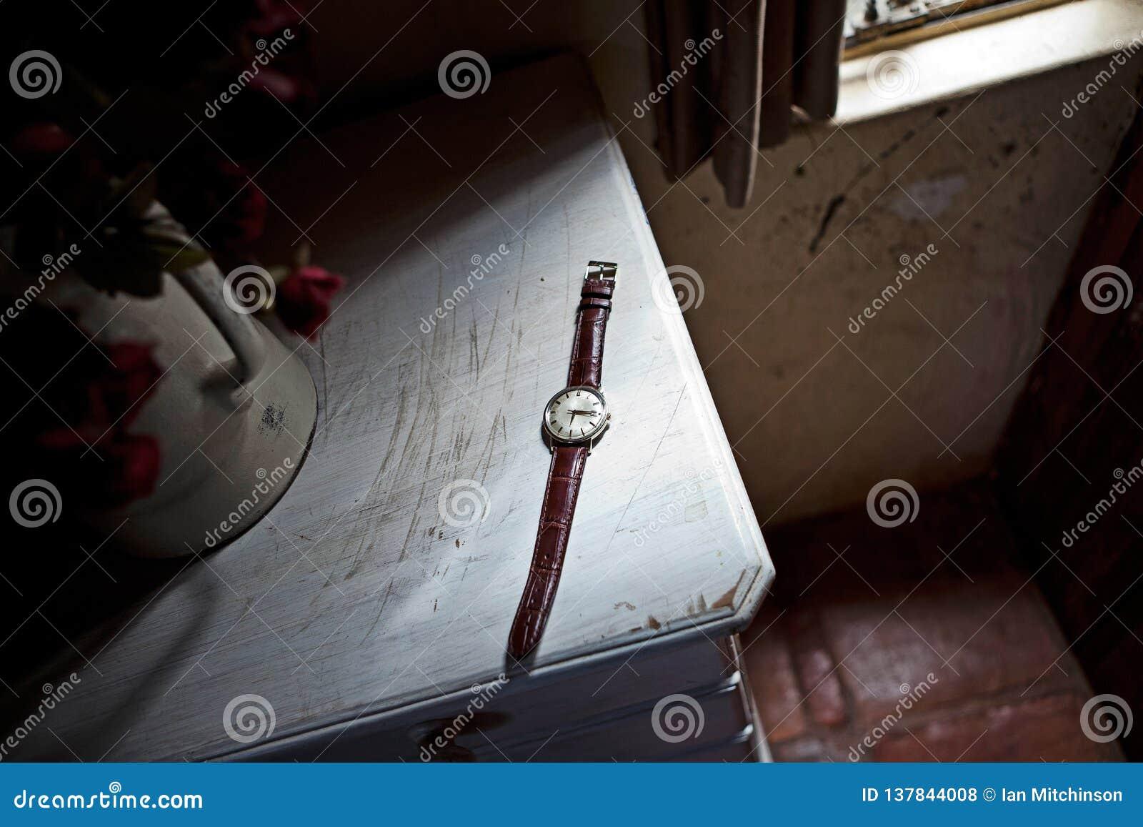 Ένα ρολόι κάθεται σε έναν πίνακα κουζινών εκτός από μια στρωματοειδή φλέβα παραθύρων