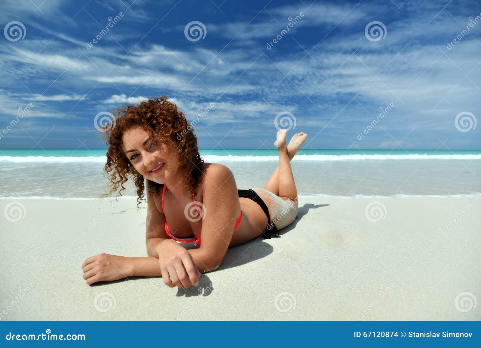 Ένα σγουρό κορίτσι στην παραλία