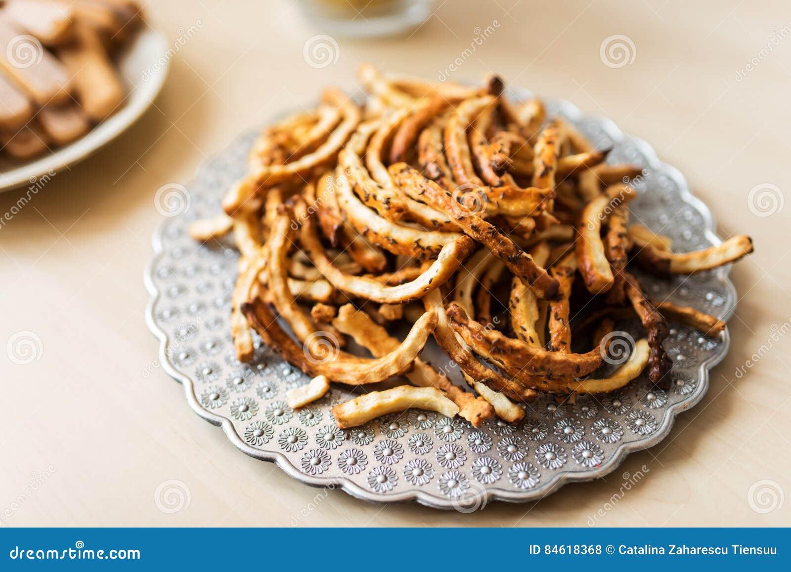 Ένα σύνολο πιάτων των αλμυρών κροτίδων