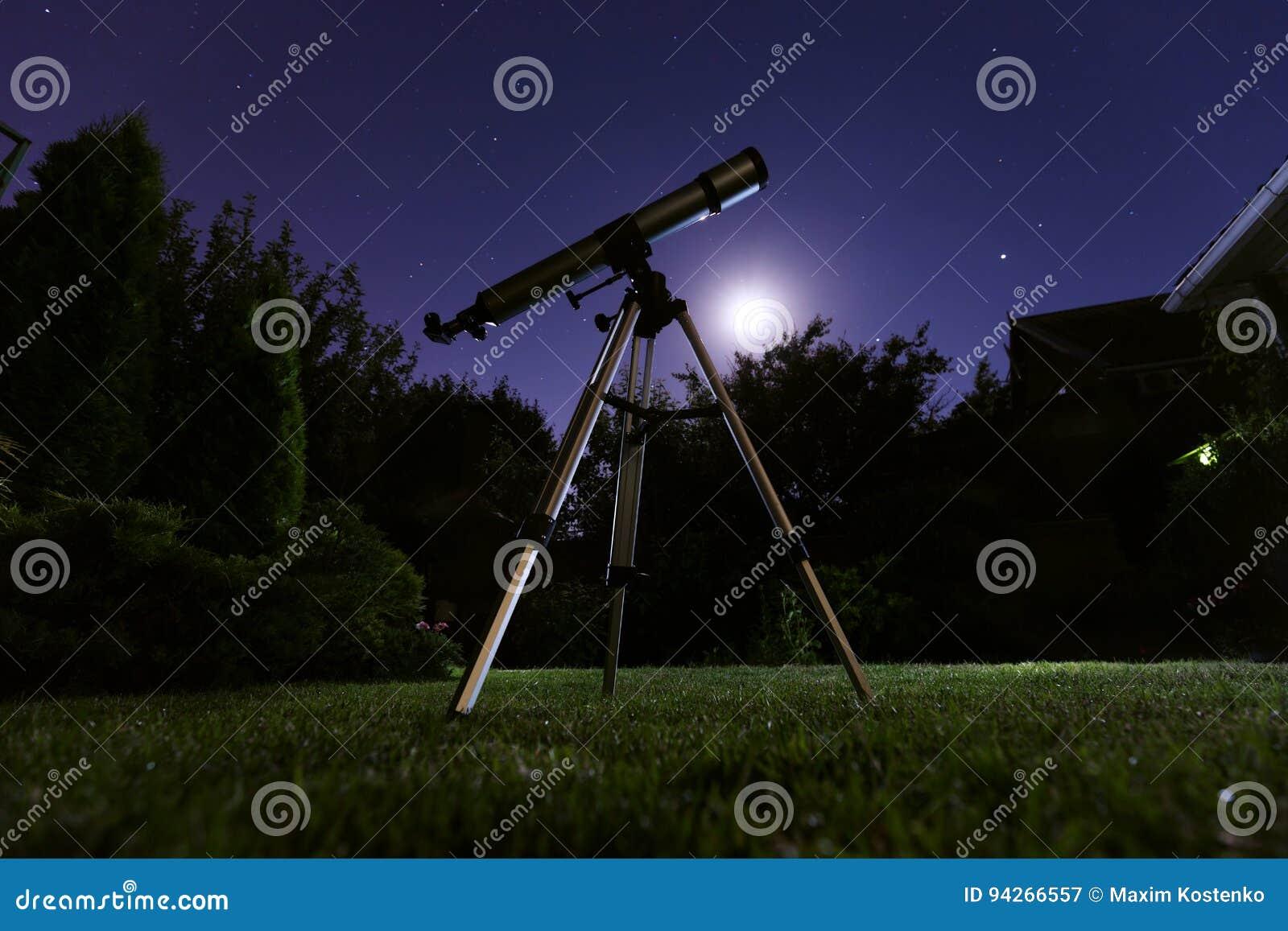 Ένα τηλεσκόπιο που στέκεται στο κατώφλι με το νυχτερινό ουρανό στο υπόβαθρο Αστρονομία και αστέρια που παρατηρούν την έννοια
