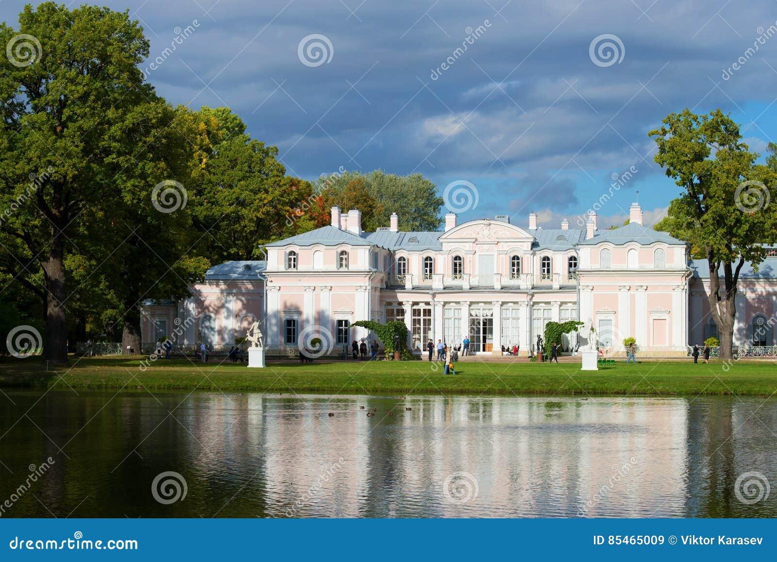 Ένα τοπίο νερού με το κινεζικό παλάτι Σεπτέμβριος στο πάρκο παλατιών Oranienbaum Ρωσία
