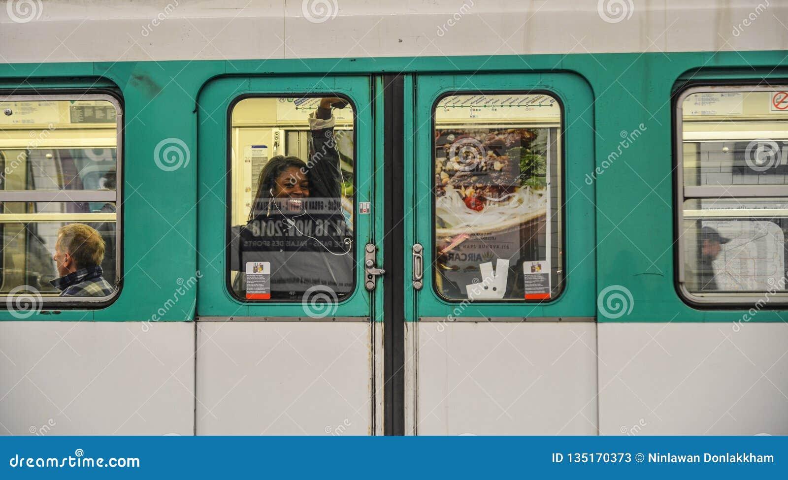 Ένα τραίνο μετρό στο Παρίσι, Γαλλία