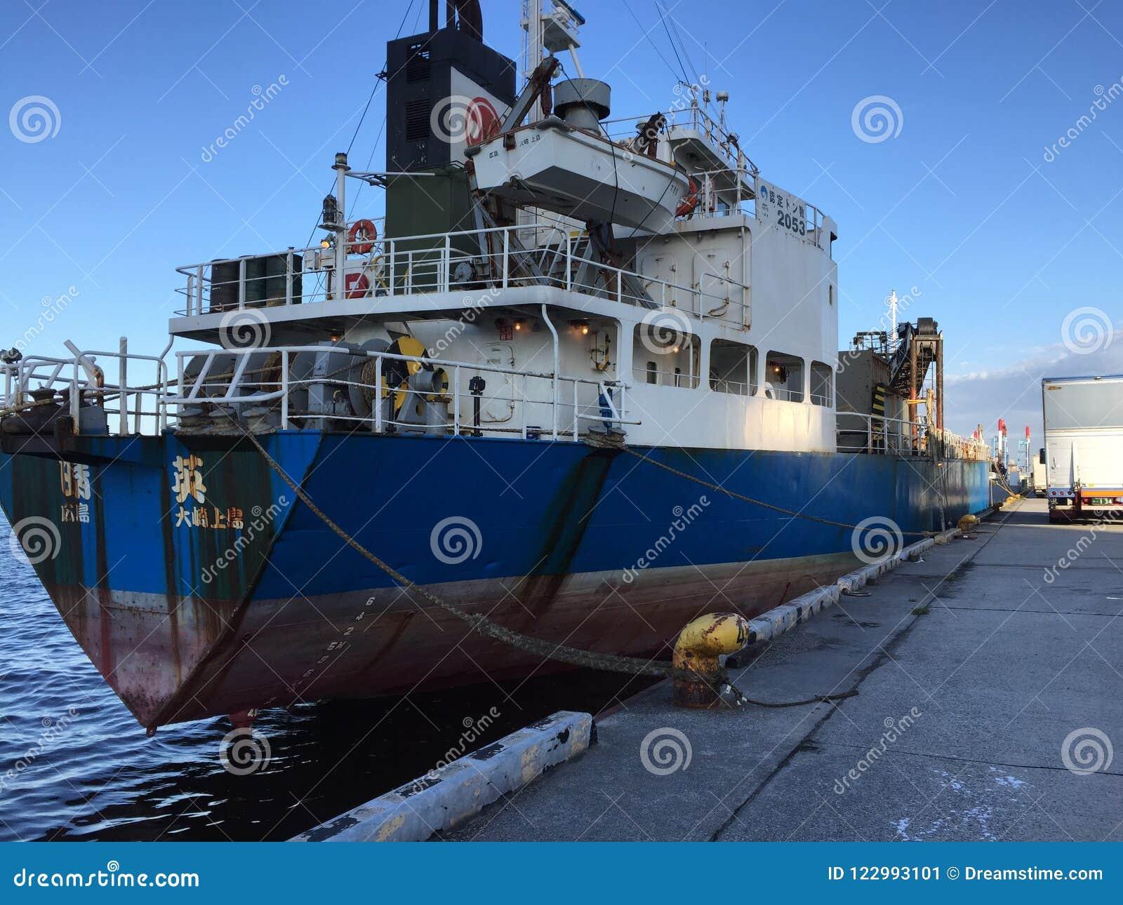 Ένα φορτηγό πλοίο δένει στο λιμένα