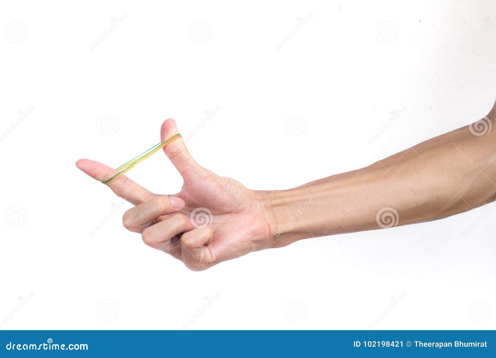 Ένα χέρι ατόμων που κρατά την ελαστική λαστιχένια ζώνη στο άσπρο υπόβαθρο