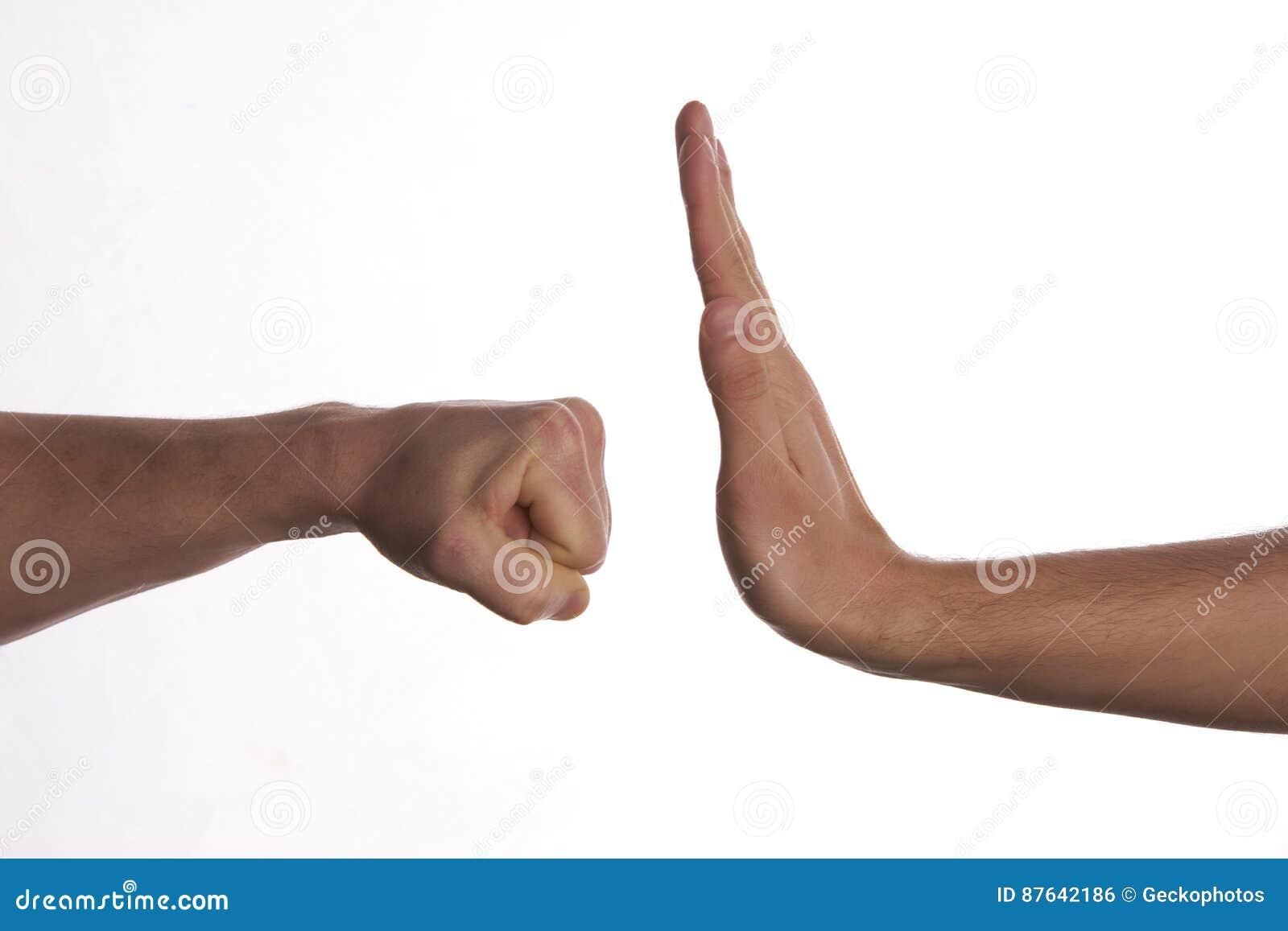 Ένα χέρι που αποτρέπει την επίθεση διατρήσεων ενός άλλου χεριού