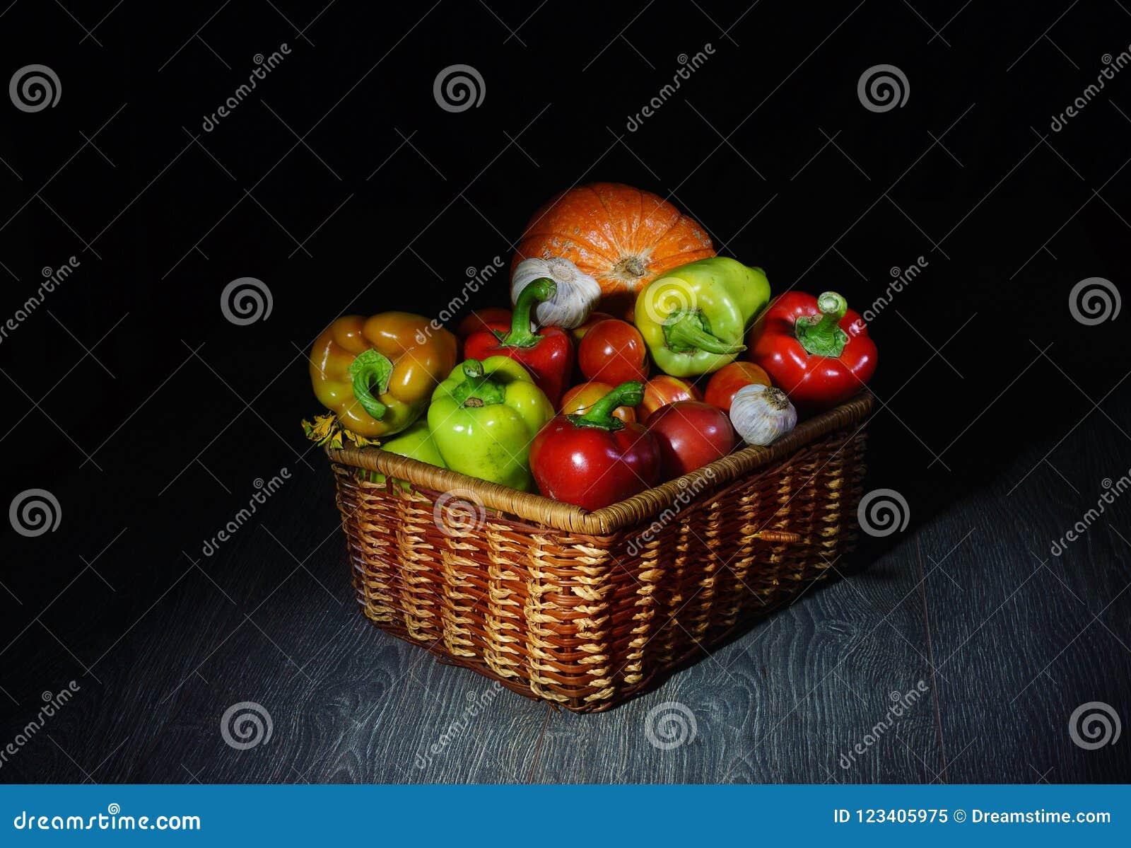 Ένα όμορφο καλάθι με τα λαχανικά, μυστήριο στον μισό-ελαφρύ μας λέει: φανείτε αυτό που που έχω, τι προετοίμασα για σας