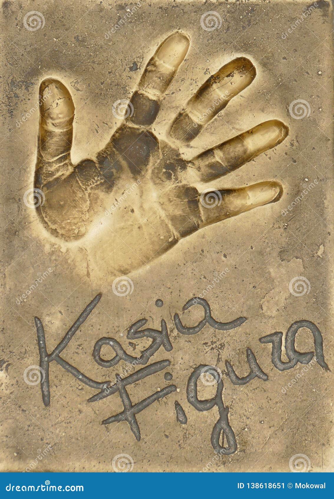 Ένα handprint της διάσημης πολωνικής ηθοποιού Katarzyna Figura έκανε σε ένα πιάτο ορείχαλκου