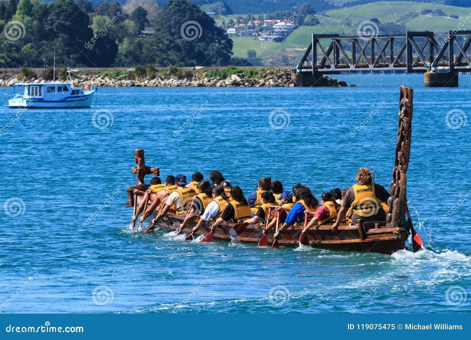 Ένα Maori waka, ένα εθιμοτυπικό κανό με τις παραδοσιακές γλυπτικές, στο νερό