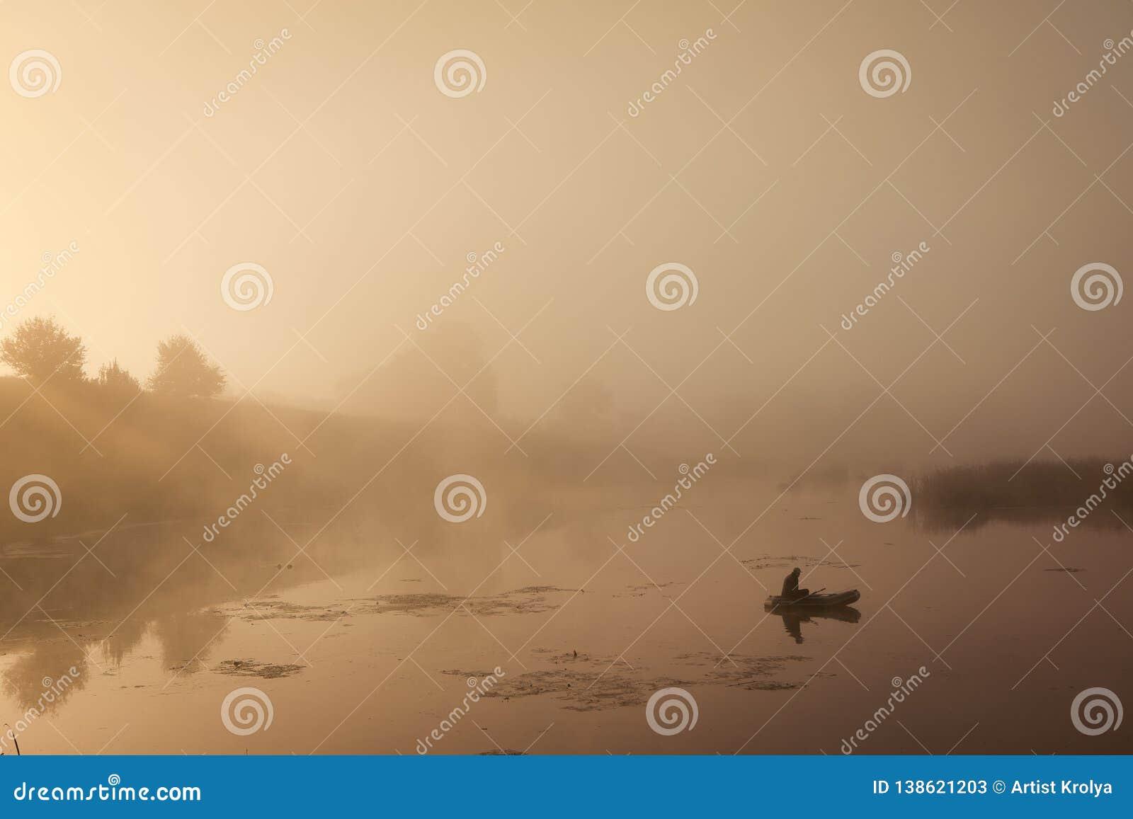 Ένα misty πρωί από τη λίμνη Μικρό αλιευτικό σκάφος στη λίμνη