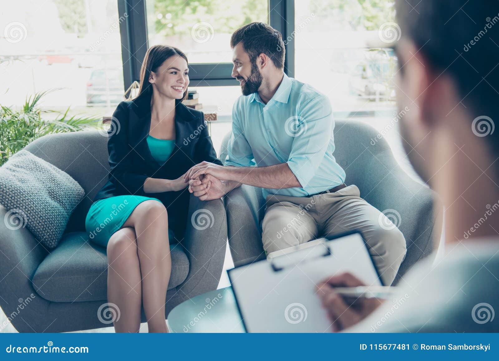 Έννοια αγάπης, οικογενειών, ψυχολογίας και ευτυχίας - νέο ζεύγος HU