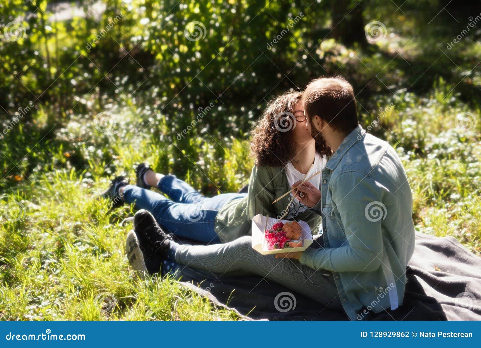 Έννοια αγάπης, σχέσης, οικογενειών και ανθρώπων - χαμογελώντας ζεύγος που αγκαλιάζει στο πάρκο φθινοπώρου