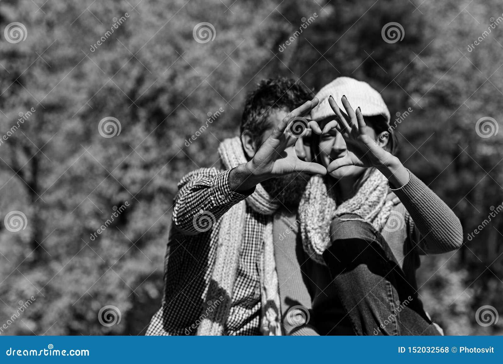 Έννοια αγάπης χρονολόγησης και φθινοπώρου Ο άνδρας και η γυναίκα παρουσιάζουν καρδιά