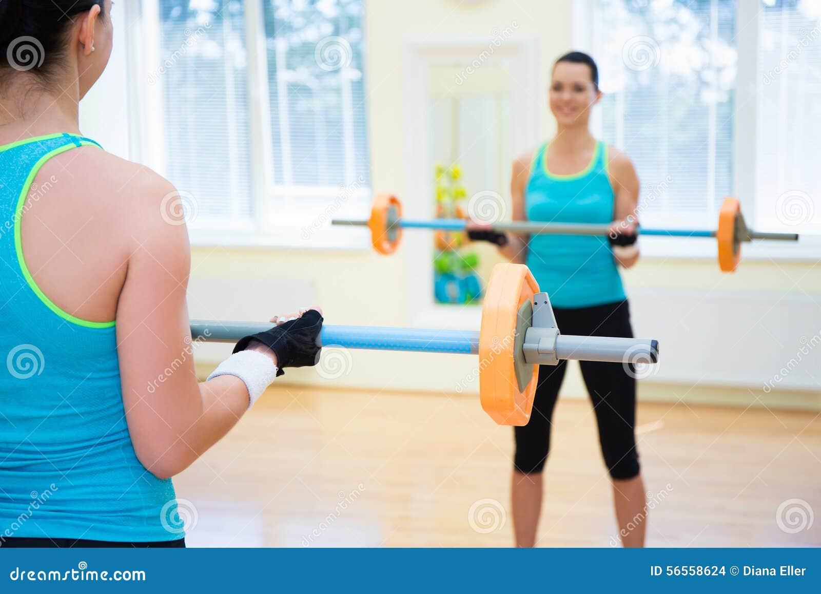 Download Έννοια αθλητικής ανύψωσης - νέα γυναίκα που ασκεί με το Barbell Στοκ Εικόνες - εικόνα από rear, άσκηση: 56558624